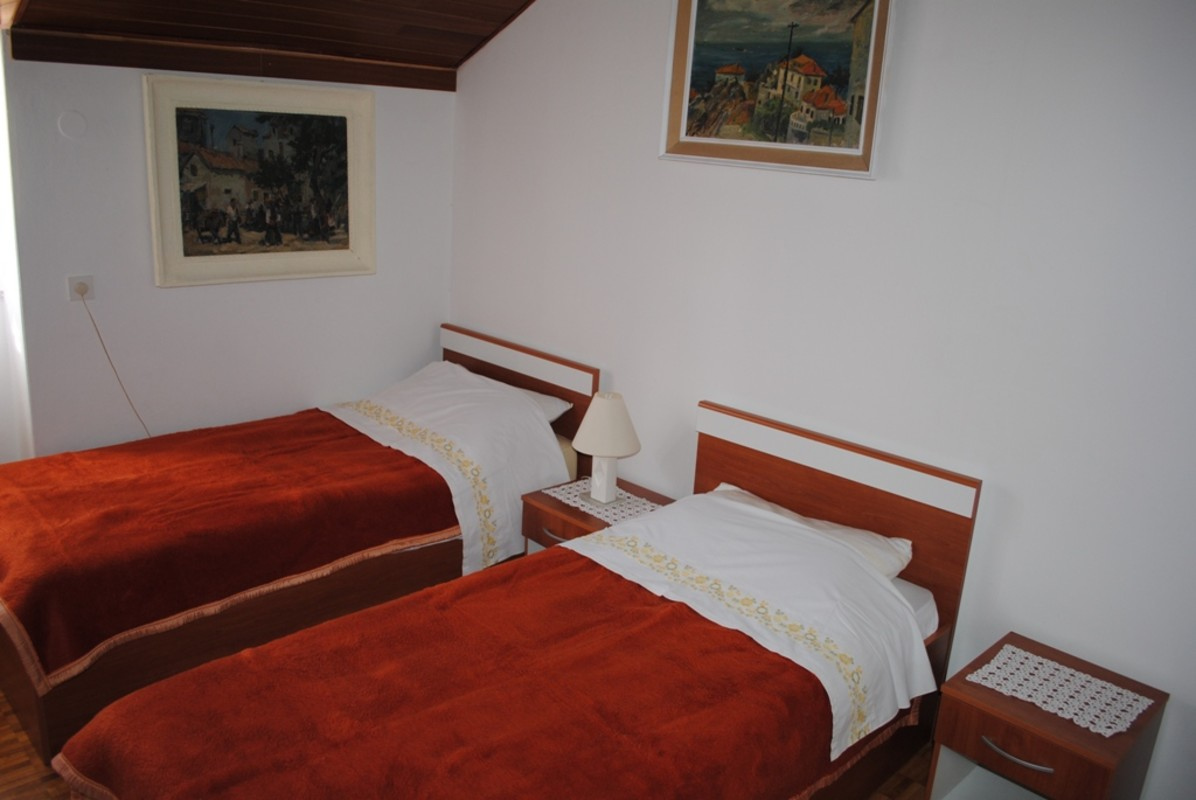 2single beds room