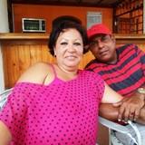 Familia anfitriona en Parque Marti, Cienfuegos, Cuba